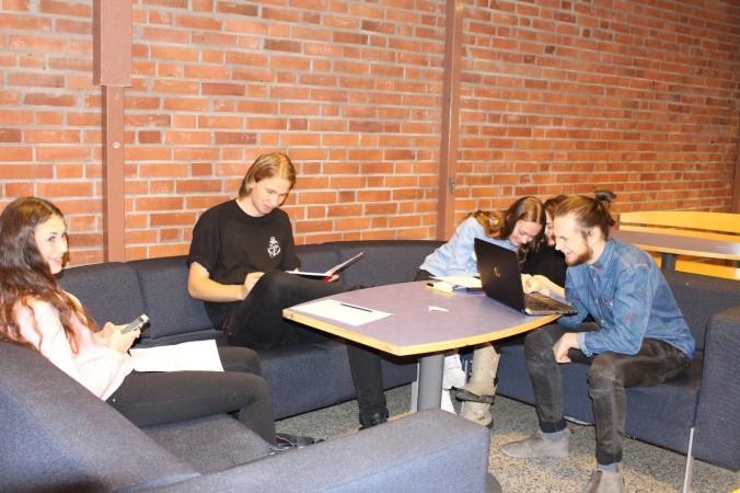 Elever arbetar i grupper